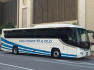 白地に青い3本ラインが入ったバス