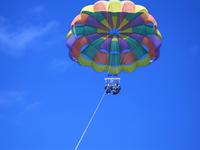 <<パラセール>>空を飛んでいる感覚と透き通る海に感動体験120%!!